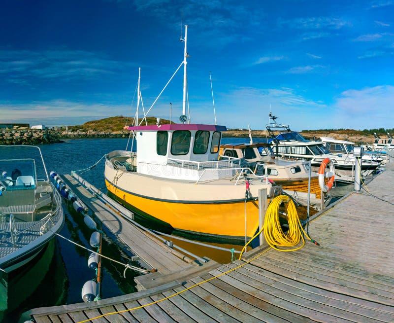白色渔船在春天在海湾的停泊了 免版税库存照片