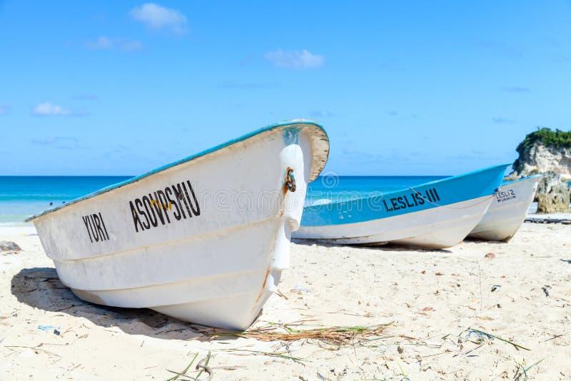 白色游船在澳门海滩放置 免版税库存图片