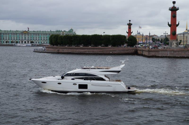 白色游艇在圣彼德堡 免版税库存照片