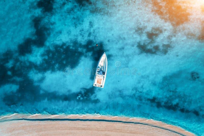 白色游艇无危险大海的鸟瞰图在日落的 免版税图库摄影