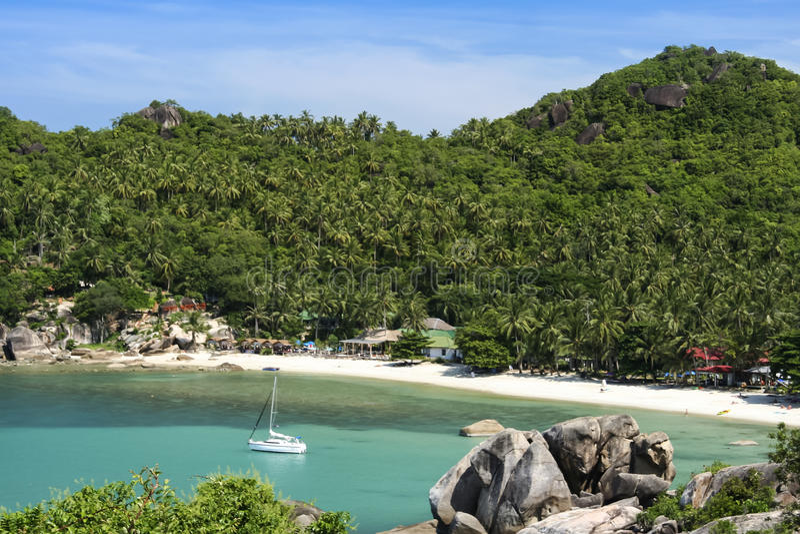 白色游艇samui海岛水晶海湾海滩 库存图片