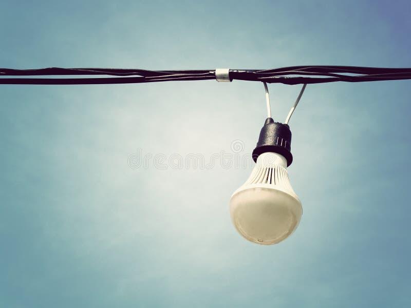 白色灯和电导线有天空背景 库存照片