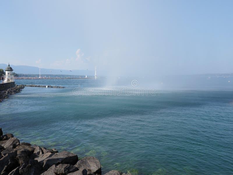 白色灯塔和喷水在散步的日内瓦欧洲市在瑞士Leman湖风景在瑞士 免版税库存图片