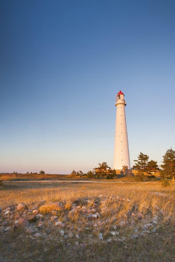 白色灯塔和石头迷宫 库存照片