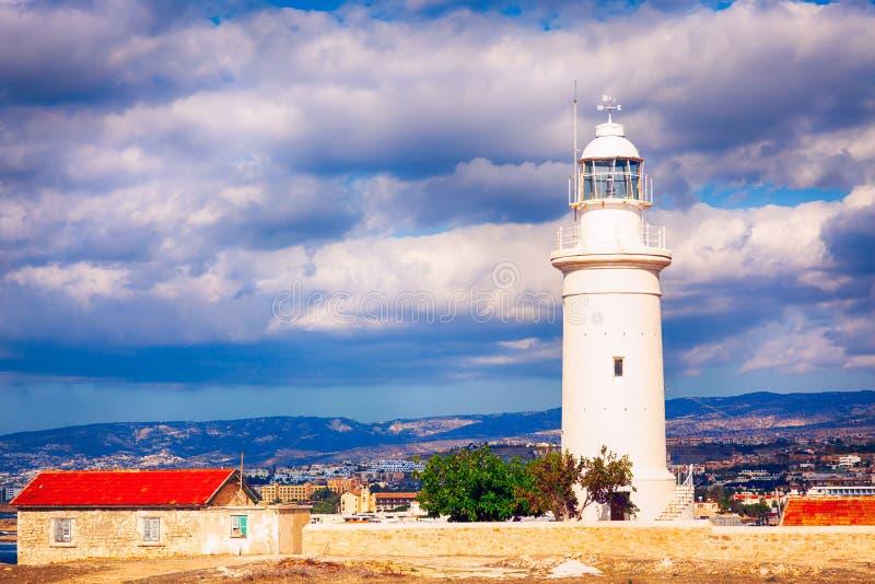 白色灯塔在反对多云天空的帕福斯考古学公园塞浦路斯 库存图片