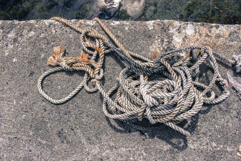 白色灰色&布朗绳索在具体船坞 库存图片