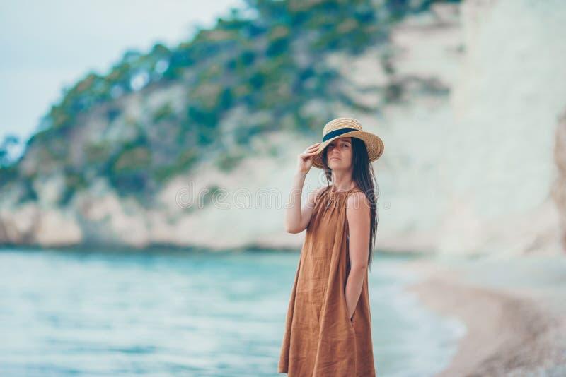 白色热带海滩的年轻美女 免版税库存图片