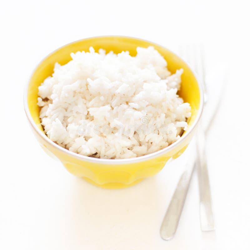 白色烹调了在一个黄色碗的米在白色背景clos 免版税图库摄影
