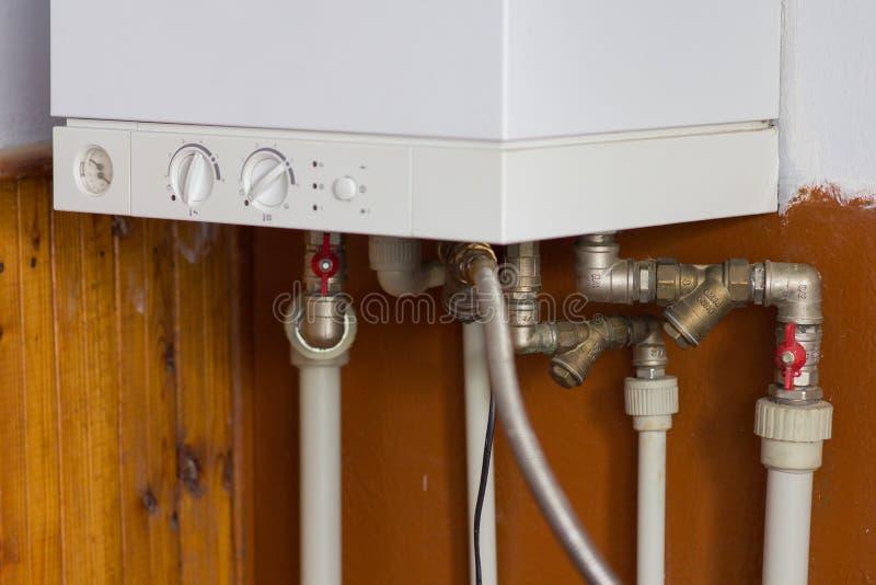 白色燃气锅炉在房子里 免版税库存照片
