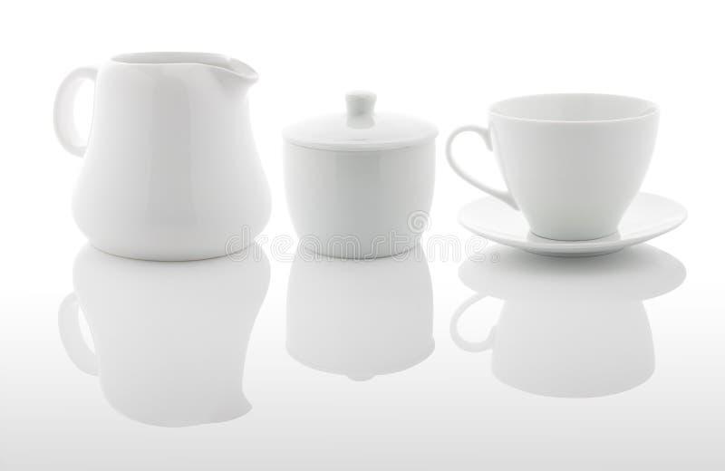 白色牛奶罐、糖罐和咖啡杯 库存图片