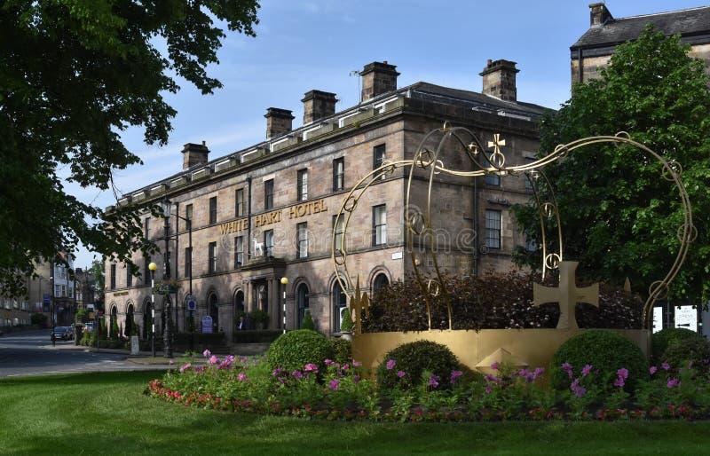 白色牡鹿旅馆蒙彼利埃冠雕塑Harrogate北约克郡 免版税库存照片