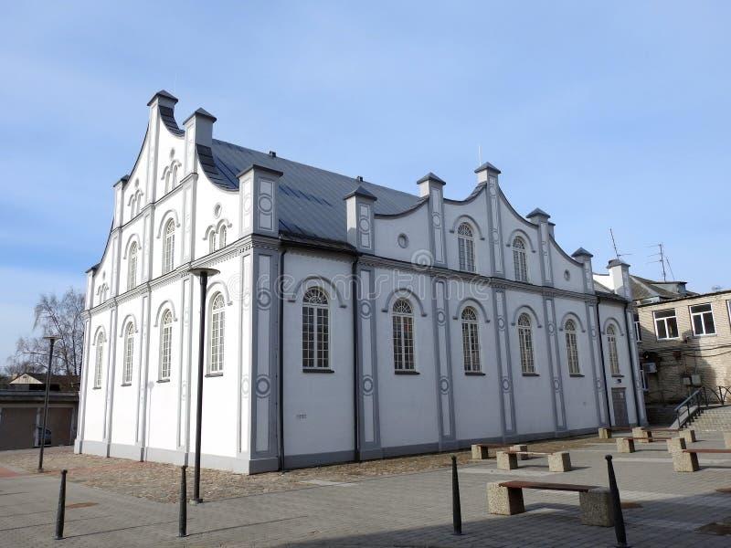 白色犹太教堂在约纳瓦镇,立陶宛 库存照片
