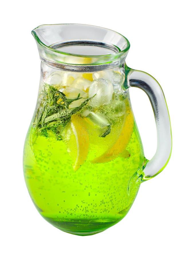 白色独立背景中玻璃罐中龙蒿和冰的柠檬水 库存图片
