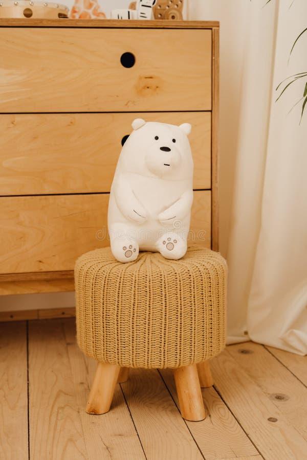 白色玩具熊玩具在干净的婴孩室背景中 库存图片