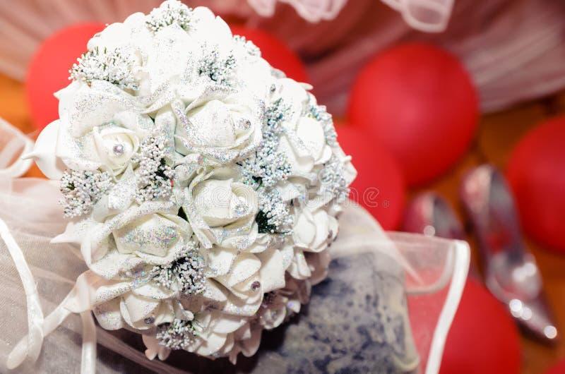 白色玫瑰婚姻的大花束新娘的 免版税库存图片
