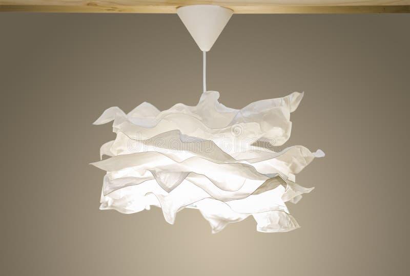 白色现代下垂光,在斯堪的纳维亚北欧样式的纸枝形吊灯 免版税库存照片