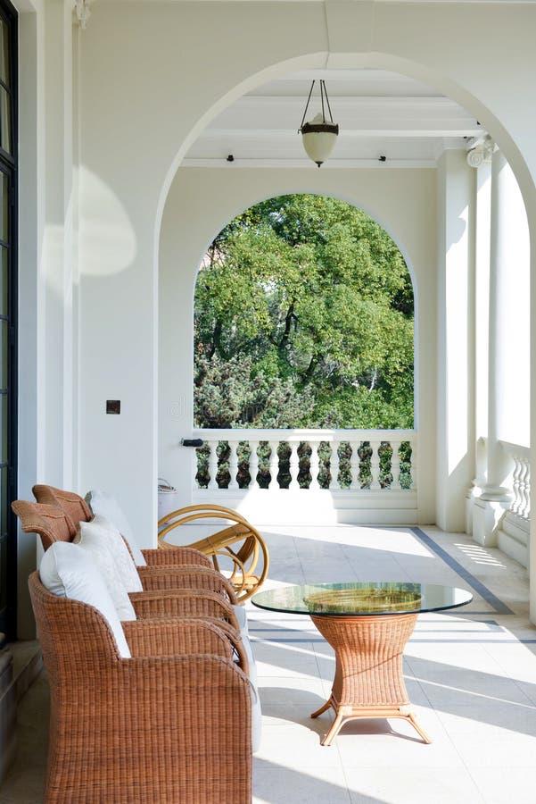 白色现代门廊木设计外部家庭菜园空的曲拱 库存图片