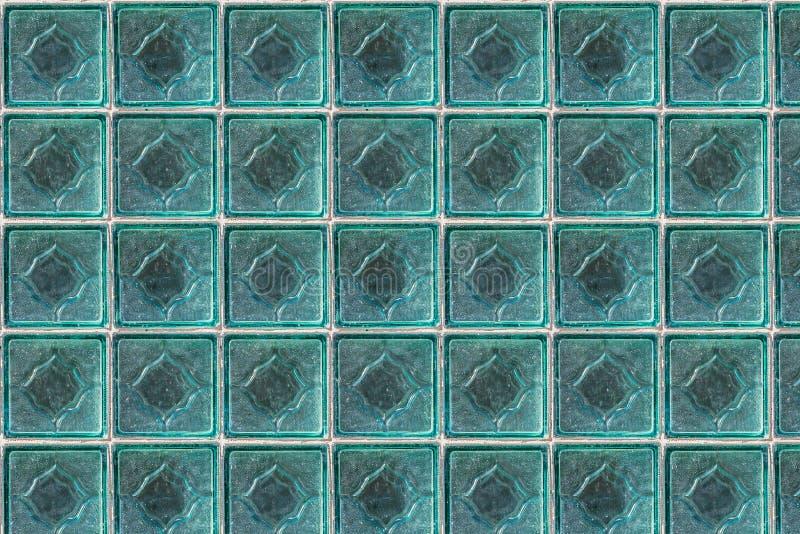 白色玻璃透明墙壁的无缝的样式纹理从方形的砖的在照片的蓝色颜色 免版税库存照片