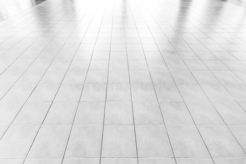 白色瓦片大理石地板背景/白色砖地纹理办公室有早晨太阳的,窗口反射反射 库存照片