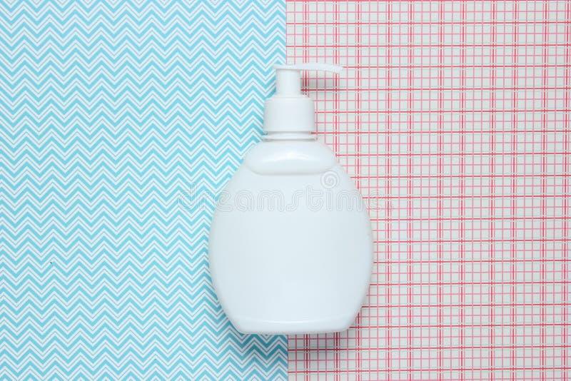 白色瓶在创造性的背景,顶视图的香波 库存图片