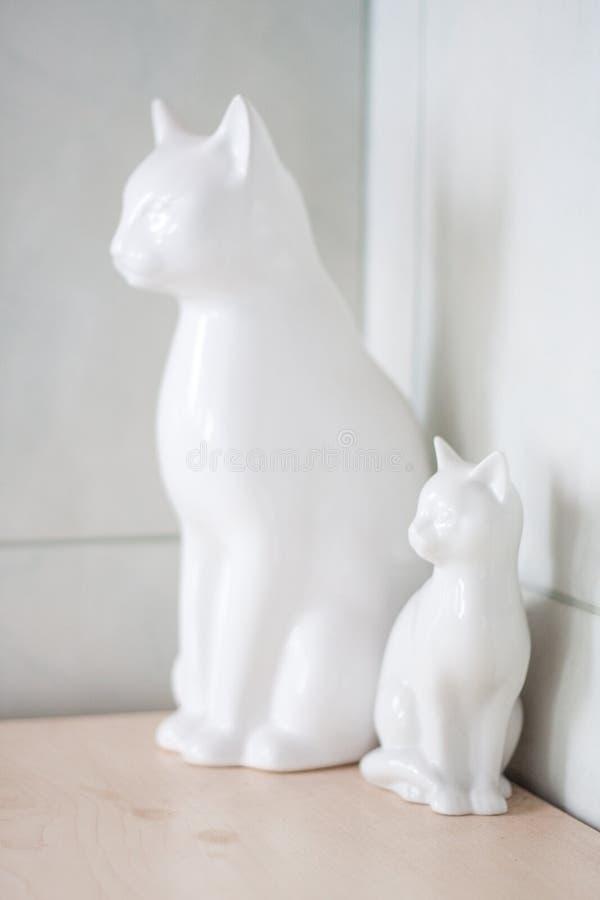 白色瓷猫-卫生间装饰 免版税库存照片