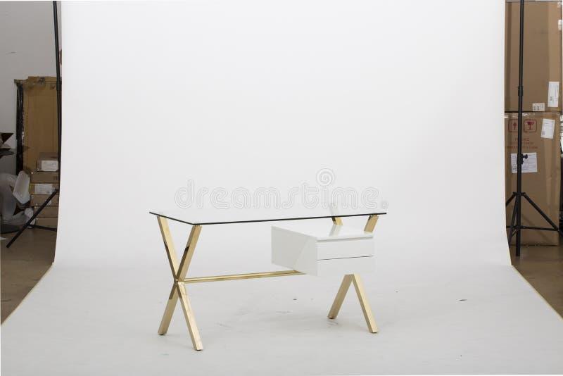 白色生存滚动的顶面俱乐部ChairBequette书桌,给您的有简化的此的家庭办公室带来干净,现代风格 库存图片
