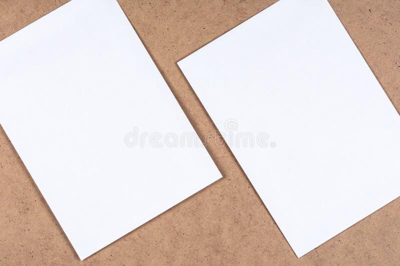 白色白纸在纤维状纸板覆盖 库存图片