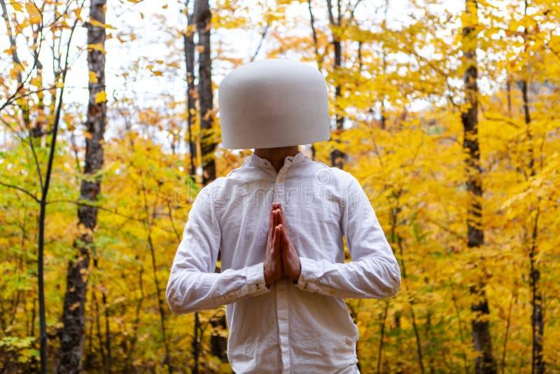白色的人有在他的头的一个水晶碗,当显示感谢时 免版税库存图片