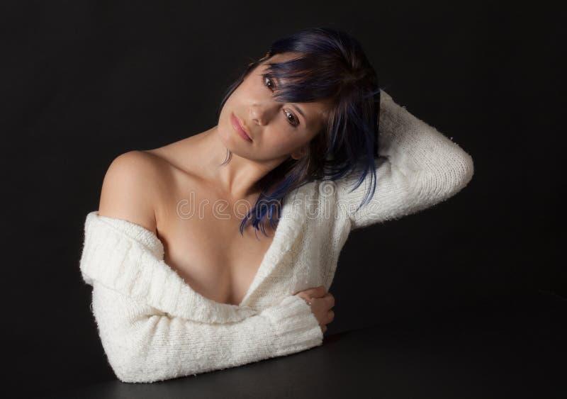 白色的妇女肩膀毛线衣 库存照片