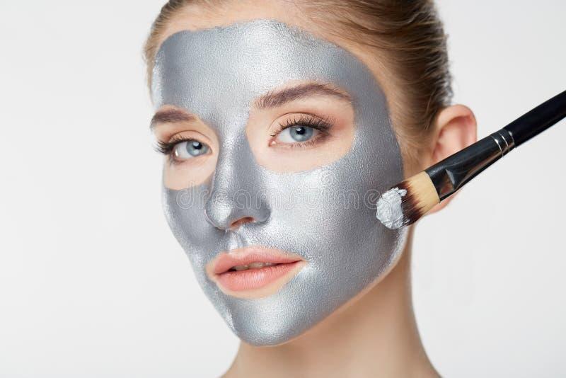 白色的妇女画象护肤健康健康银色面具关闭 免版税库存照片