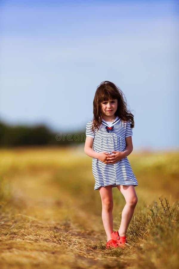 黑白色的小女孩镶边了礼服 库存图片
