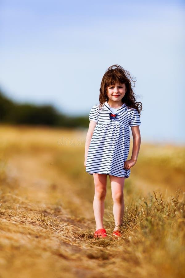 黑白色的小女孩镶边了礼服 免版税库存图片