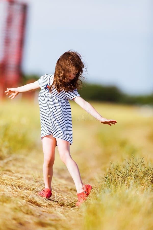 黑白色的小女孩镶边了礼服 图库摄影