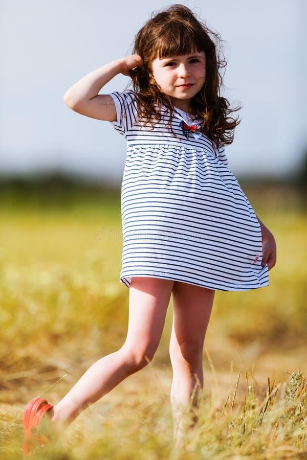 黑白色的小女孩镶边了礼服 免版税图库摄影