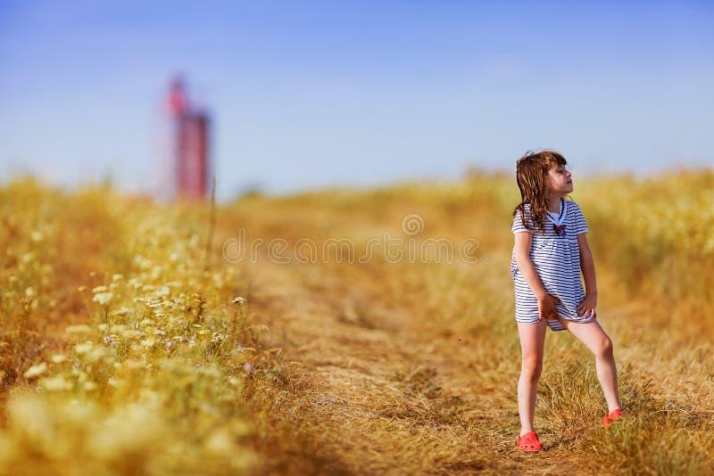 黑白色的小女孩镶边了礼服 免版税库存照片
