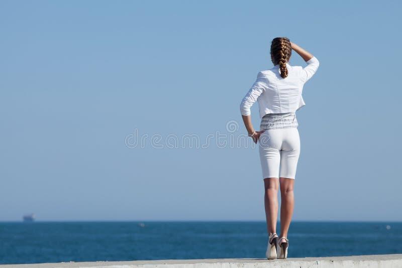 白色的少妇在海 库存照片