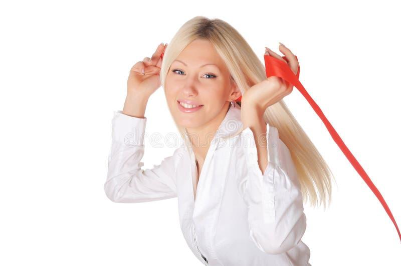 白色的年轻人微笑的金发碧眼的女人 免版税库存照片