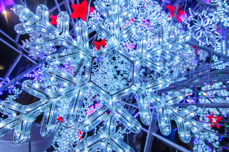 白色的背景圣诞节关闭查出的雪花 免版税图库摄影