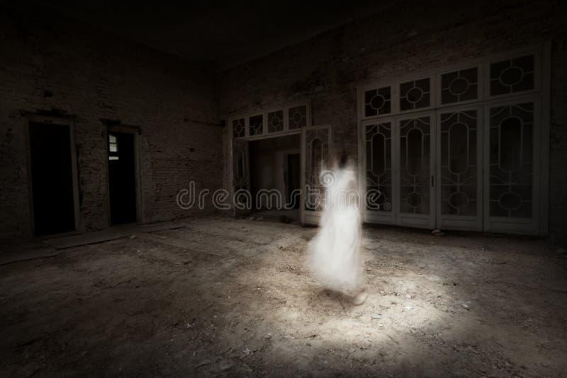 白色的鬼魂女孩在屋子里出现 库存图片