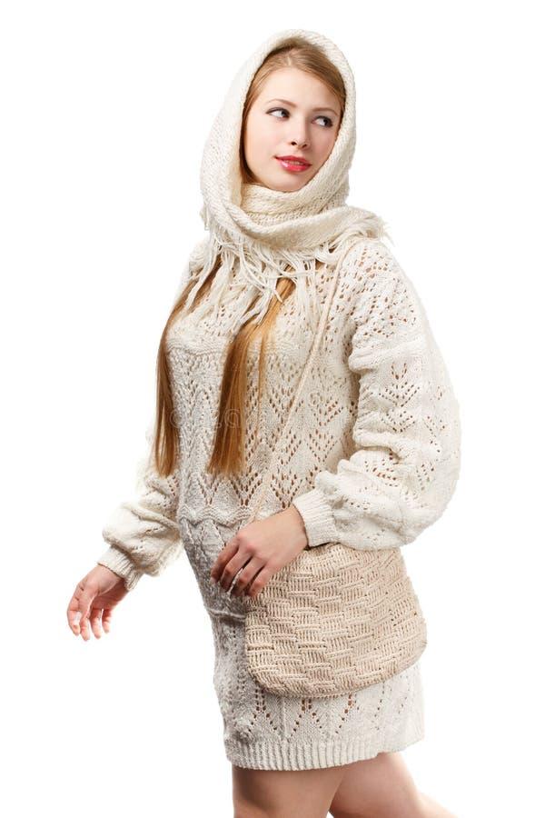白色的年轻人微笑的美丽的时髦的白肤金发的妇女编织了sc 图库摄影