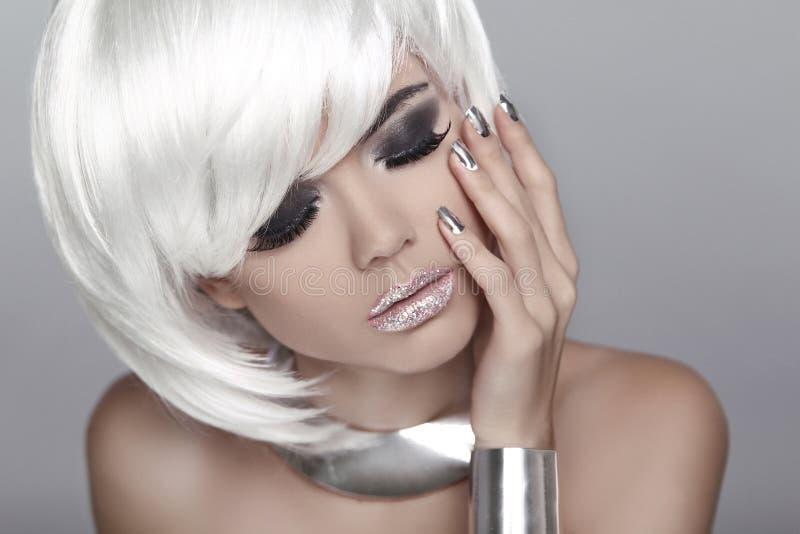 白色短发 眼睛构成 白肤金发的方式女孩 秀丽Portrai 免版税库存照片