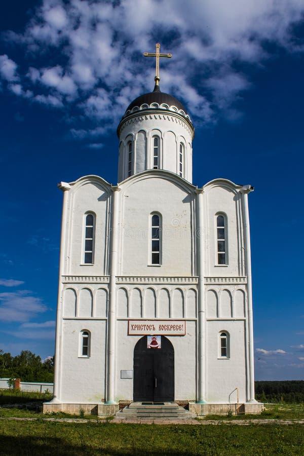 白色石头东正教在一清楚的好日子俄罗斯 免版税库存图片