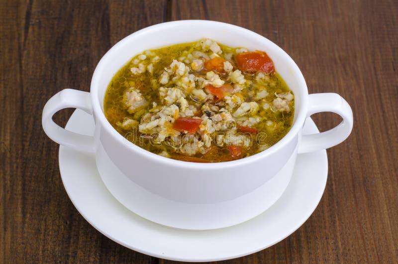 白色碗与菜的鸡和水菰汤 免版税库存图片