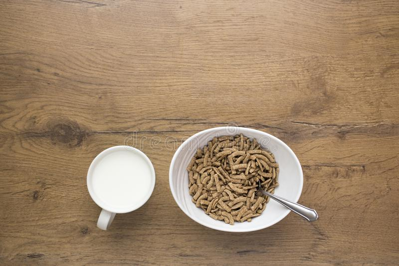 白色碗健康谷物用在木背景的牛奶 库存图片