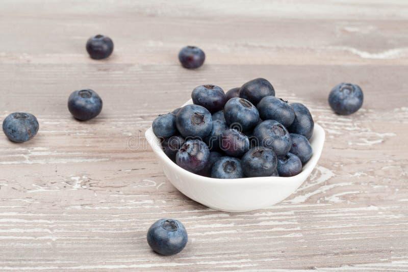 白色碗新鲜的蓝莓特写镜头 免版税图库摄影