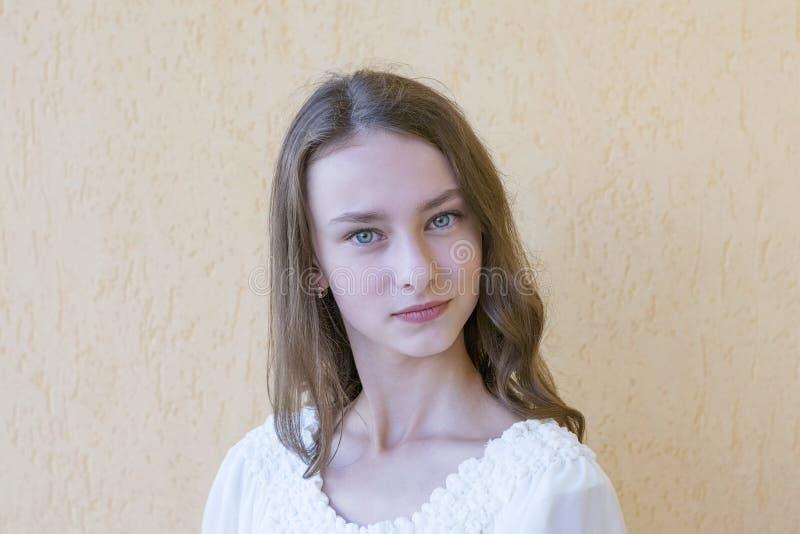 白色礼服的典雅的夫人 库存照片