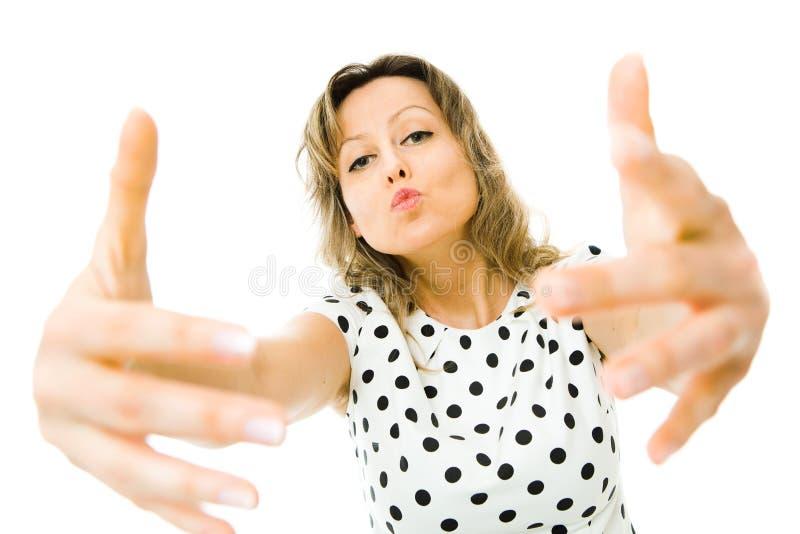 白色礼服的可爱的妇女有去黑的小点的拥抱和亲吻您 库存照片