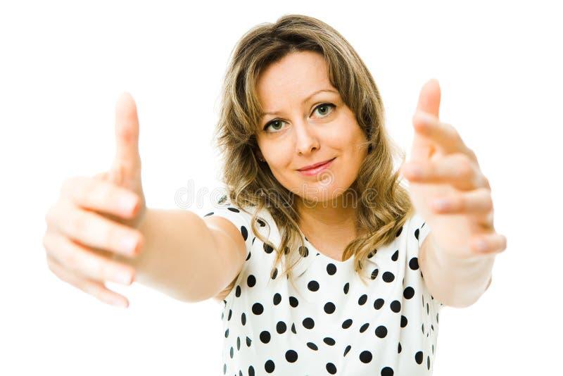 白色礼服的可爱的妇女有去黑的小点的拥抱您 免版税库存照片