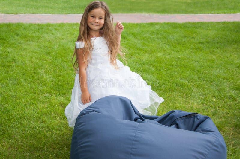 白色礼服的小女孩,新娘,装豆子小布袋,愉快 图库摄影