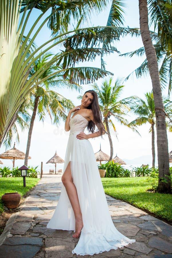 白色礼服的性感的新娘在豪华旅游胜地 浪漫妇女放松 库存图片
